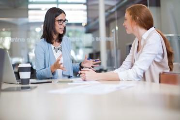 två kollegor som delar medarbetarskap och kommunicerar effektivt inom organisationen