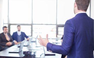 en kurs i retorik och presentationsteknik ger dig kunskap om hur du uttrycker dig rätt