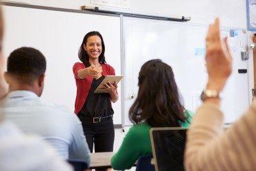 kvinna som föreläser om säljutbildning 3