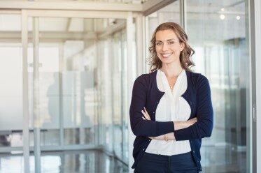 Nöjd kvinna som förbättrat sin affärsengelska
