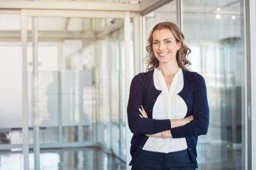 affärsengelska kvinna som står och representerar Affärsmannaskap för kvinnor