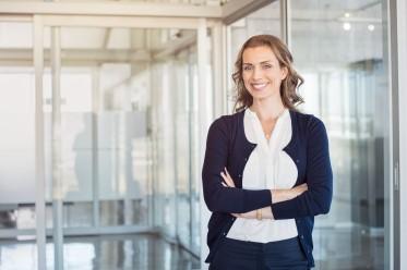 Nöjd kvinna efter kurs i affärsengelska