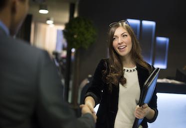kundservice kvinna skakar hand och pratar hr engelska med konsult