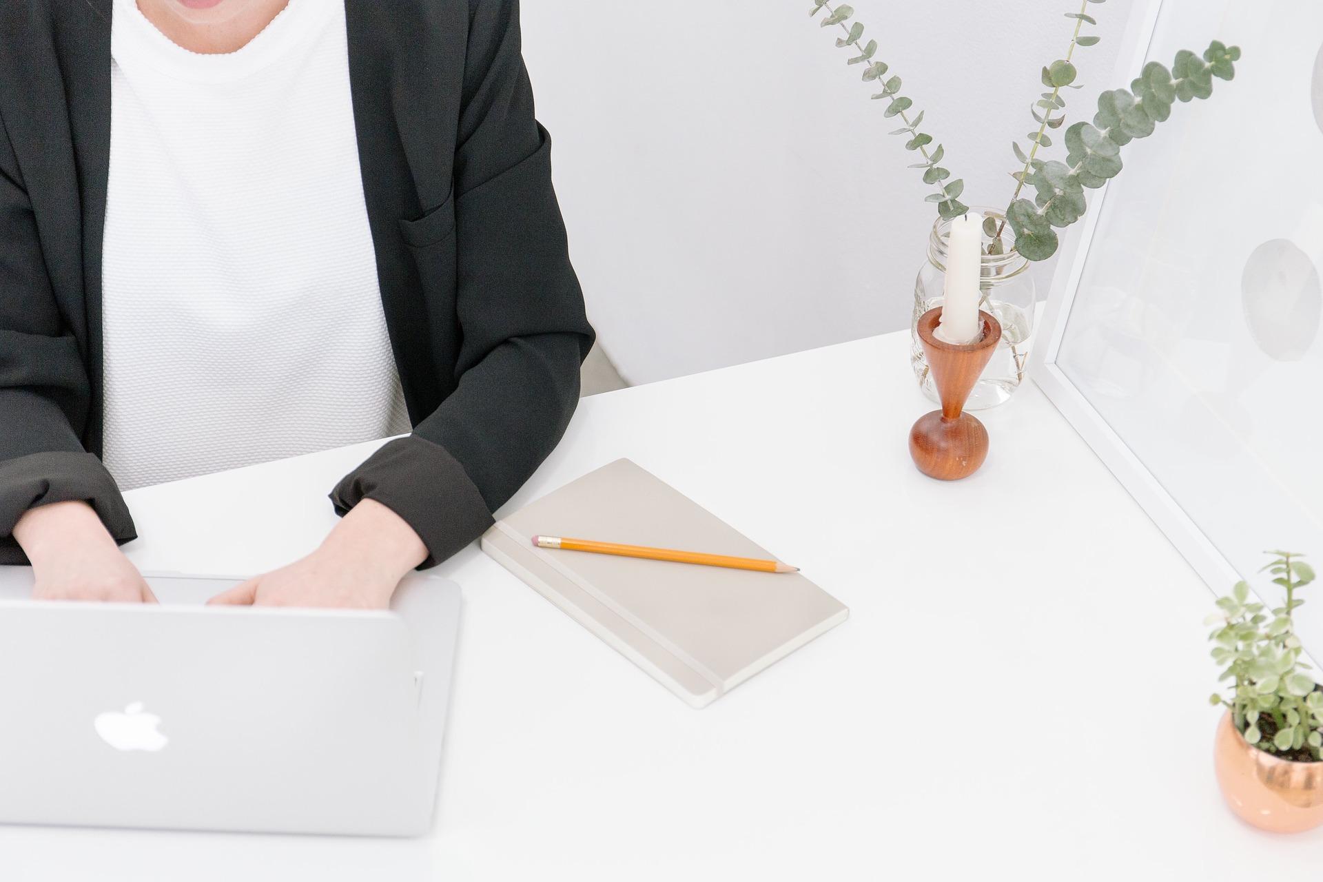bilden visar en kvinna som letar språkkursser i affarssvenska